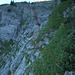 Vom Sattel nach dem Band sieht man bereits das Felsfenster. Es folgt eine heikle Traverse, dann über ein abfallendes, stark abdrängendes Band zu einer kaminartigen Rinne, welche bis zum Felsfenster führt.