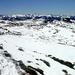 Das schneebedeckte Gipfelplateau des Freschen ( II ) Blick nach SüdOst - Mitte die Berge des Lechquellengebirges; rechts in der Ferne die Silvretta.