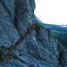 Ausgesetzte und abdrängende Rinne, am Anfang und am Ende befindet sich eine Schlinge im Fels.