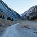 Teselalp. In Originalgrösse erkennt man stellenweise den Weg zur Chreialp hoch. Ganz hinten ist schon der Mutschen zu sehen, das letzte Gipfelziel der Wanderung.