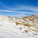 Um auf den Grat zum Westlichen Fählenturm zu gelangen peile ich zunächst eine markante Rinne an und halte mich danach auf deren rechten Seite, wo es über Schnee und Kalkfelsen hoch geht (vgl. auch [http://www.hikr.org/gallery/photo2272471.html dieses Foto]). Die besagte Rinne befindet sich in diesem Bild weit links (ca. im ersten Fünftel) und ist etwas verdeckt. Prinzipiell ist das Gelände nicht besonders steil, und es sollten verschiedene Wege möglich sein. Karstspalten und kleinere glatte Felsstufen können aber die Wegfindung erschweren.