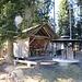 diese Hütte - mit grosszügiger Feuerstelle ...