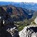 Rückblick zischen den Felsen hinab zum Malbuner-Tal.