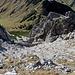 Rückblick nach unten, in der Mitte vom Bild sind zwei weitere Berggänger zu entdecken.