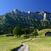 Emmentaler Idylle im Aufstieg zum Hohgant. Die Luterschwändiegg ist der auffällige Grat, der links im Bild in direkter Linie an den Gipfelaufbau des Furggengütsch führt.