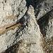 Dieses Bild wurde ausserhalb der erwähnten Rinne aufgenommen und zeigt deren oberen Teil. Vom Sattel hinter dem Felsturm quert man nach links Richtung Silberi (in rot), nach rechts Richtung Obersäss Nideri (in blau).