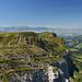Blick vom Furggengütsch über das Hohgant-Massiv. Zu sehen ist in der Mitte der Gipfel der Steinigi Matte (2163m) und weiter hinten der Gipfel des Wysschrüzgrat (2007m)
