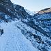 Auf dem Strässchen zur Niderenalp. Die bereits abgesteckte Winterroute würde im Talboden durchführen.