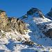 Chli Chärpf und Chärpf. Am nächsten Tag werden wir zuerst unterhalb der sonnenbeschienenen Felsen traversieren, um später oberhalb des Felsriegels (rechts im Schatten) zur Chärpfscharte zu gelangen.