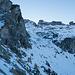 Der weitere Weg führt bis über die letzen Ausläufer des Felsriegels rechts. Schlussendlich kann dieser in fast flachem Gelände umgangen werden. Dazu müssen aber noch einige (anstrengende) Höhenmeter gewonnen werden. Wir halten uns ziemlich lange eher links.