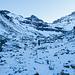 Abstieg durch wilde Landschaft mit wenig Schnee