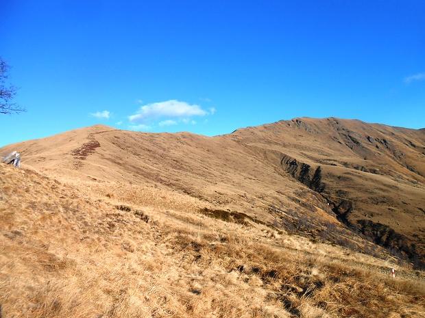 Dal passo d'Agario si vede la lunga e (oggi) ventosa cresta SO per arrivare in cima. Servirà circa un'ora per percorrrerla.