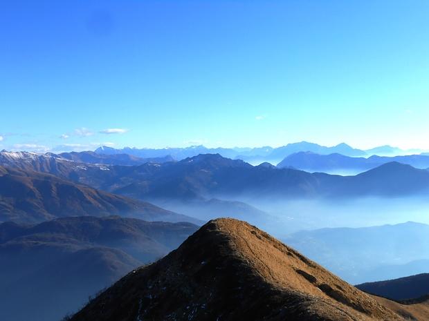 Verso Est con l'omonina cresta che scende alla Bassa di Arosio e tutti i monti del lecchese.