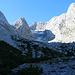Von der Hütte aus Blick auf die Reste des Blaueises, den dahinter aufragenden Hochkalter und den Gratverlauf rechts davon.