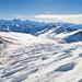 Windgeprägte Schneeoberfläche vor grandioser Landschaft