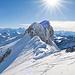 Der P.1991 aus der Nähe. Ich traversiere unterhalb der Felsen auf dem breiten Schneeband, wo auch einige Tierspuren zu sehen sind. Das Schneeband befindet sich oberhalb einer Felsstufe und ist stellenweise 40° steil. Dies ist wohl der heikelste Teil meiner Route.