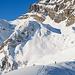[u Stevo47] ganz klein in der grossen Bergwelt. Rechts vom Angistock, ca. dort wo die Spur die nächste kleine Geländekammer erreicht, ist der Abriss eines alten Schneebreits zu erkennen.