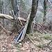Steigt man an der hier abgebildeten Stelle nach rechts ab (es geht auch geradeaus), kommt man an zu einer verborgenen, einsturzgefährdeten Hütte. Der Abstieg, einige Serpentinen, ist nicht schwierig (T3) und nur für zwei, drei Meter etwas ausgesetzt.