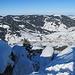 Tiefblick durch die nordwestlichen steilen Felsaufbauten hindurch nach Oberiberg (unser Startpunkt: grosser Parkplatz über der besonnten Felsnadel)