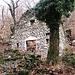 Le prime case del nucleo abbandonato di Prada.