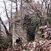 Completamente invaso dal bosco il nucleo di Prada è ancora comunque ben visibile.