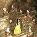 """Sotto un masso si trova questa """"installazione"""" con Biancaneve ed i sette nani!"""