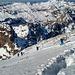 Im Aufstieg über die zumeist abgeblasene Westflanke zum Gipfel