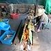 Hier wird Klebreis (sticky rice) in Bambusstangen gedämpft. Nach der Reinigung der Bambusrohre kann man diese wie eine Banane schälen und die beliebte Süssspeise heiss geniessen.