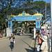 Das Tor zu Myanmar in Mae Sai. In der Mitte der Brücke müssen die Fahrzeuge die Strassenseite wechseln da in Thailand Linksverkehr und in Myanmar Rechtsverkehr herrscht.