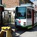 """Bursa - Neben einem Straßenbahnnetz in 1.435 mm Regelspur besitzt die Stadt auch eine """"historische"""" Linie mit einer Spurweite von 1.000 mm, die seit 2011 wieder in Betrieb ist. Der Verkehr wird mit ehemals in Deutschland eingesetzten Fahrzeugen durchgeführt. Hier wartet Triebwagen 211 (M6C Duewag, ex BOGESTRA/Bochum-Gelsenkirchener Straßenbahn) an der Endhaltestelle Davutkadı. Gleich geht's zurück zum Zafer Meydani (Zafer Plaza). Man beachte die Melonen auf dem Gleisabschluss."""