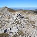Unterwegs am Uludağ - Blick von der östlichen Gipfekuppe des Kuşaklıkaya Tepe (2.232 m, vorn) zur westlichen (links).  Nebenbei: Die Namen Kuşaklıkaya Tepe und Şahinkaya Tepe werden in verschiedenen Quellen unterschiedlich verwendet. Auf zahlreichen Plänen des Uludağ-Skigebietes kursiert z. B. auch der Name Şahinkaya Tepe für diese Erhebung. Andere verezeichnen den Şahinkaya Tepe weiter westlich. Ziemlich sicher ist allerdings, dass dieser Gipfel am Steinmann 2.232 m hoch ist.