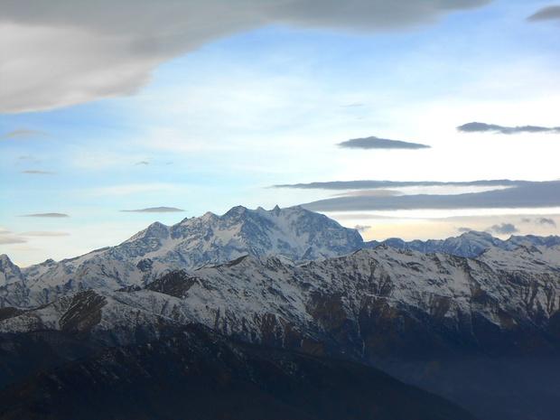 All'arrivo al Mottarone, una luce particolarissima illumina il Monte Rosa. Sebbene sulla foto non si scorga, era ben visibile la capanna Margherita.