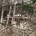 Die Hauptfront der Hütte lässt sich kaum fotografieren. Wenn die Bäume Laub tragen, ist sie fast perfekt versteckt.
