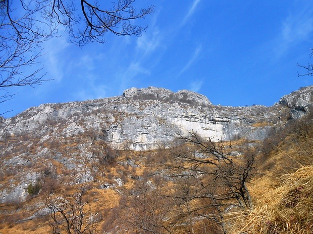 La bella bastionata che sorregge il monte Rai.
