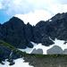 Die Nordwand des Karhorns - über den NO-Grat führt der Klettersteig. Zur Wannenscharte nach links auf dem grasigen Rücken