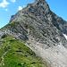 Die untere Hälfte des Nordost-Grats des Karhorns mit dem Einstieg zum Klettersteig (Mitte) von der Wannenscharte (2193m) aus betrachtet.