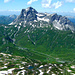 Über dem dem grünen Hochtannbergpass steht stolz der Große Widderstein. Rechts unten das Kleinwalsertal.