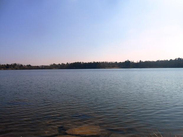 A fil di lago da una delle piccole e simpatiche spiaggette erbose dove vien voglia di stendersi per un pisolino.