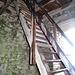 Im Bergfried führen zwei Holztreppen...