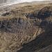Zoom zur zuvor begangenen steilen Wegspur durch schuttiges Gelände (ca. in der Bildmitte diagonal verlaufend)