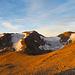 Bei Sonnenaufgang wird die schuttige Landschaft schlagartig in ein warmes Goldbraun getaucht