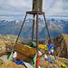 Der Gipfel wird geziert von diesem Ding hier, einem Altar und einem Holzkreuz. Es hat also für jeden Geschmack etwas :-)