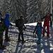 Eine Gruppe Schneeschuhgeher macht sich fertig. Wildschnee rieselt vor sich hin. Das wird ein schöner Tag!