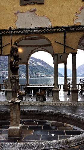 La vista sul lago dalla Loggia del Nettuno che separa i due corpi del piano nobile della villa.