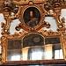 Una specchiera sormontante un camino in marmo Portòro nella Sala Bellini.
