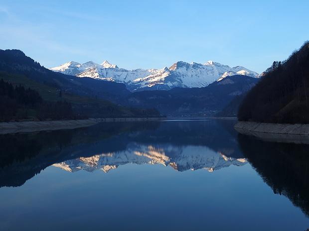 Im spiegelnden See ist die Wetterhorngruppe noch eindrücklicher