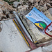 Unter dem Gipfel findet sich links ein Gipfelbuch. Dieses hatte scheinbar schon lang keine Hülle. Jetzt liegt es matschnass in Tüten und Besucher hinterlassen fleißig Visitenkarten