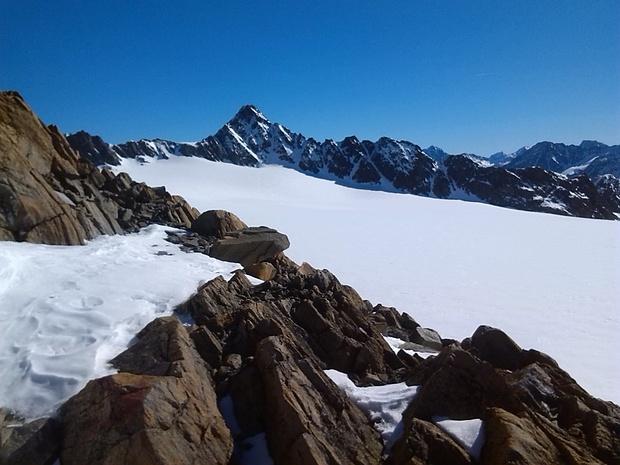 Blick über den Gletscher zur Kesselwandspitze.