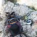 Nach der gesicherten Kletterpassage behielt ich die Kletterschuhe erst einmal an, da weitere Kletterei und ein recht steiler und abweisender Abstieg folgen sollten. Die Stiefel nach oben auf den Rucksack zu packen, erwies sich als gute Option in dem steilen Gelände.