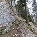 Eine deutlich Wegspur führt nordseitig um die Felswand herum.